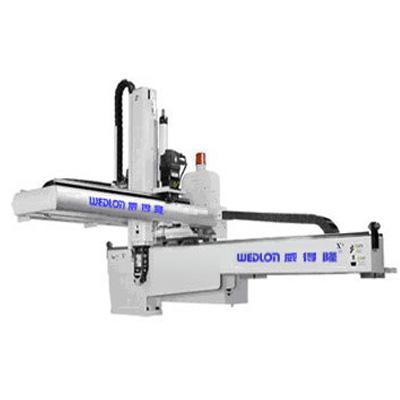 中型伺服横走式機械手臂被廣泛應用於350T ~ 1,800T塑膠射出成型機。